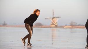 Eerste schaatsers op natuurijs