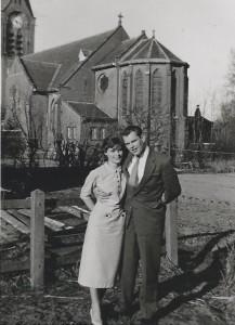 Pap en mam met katholieke kerk op achtergrond